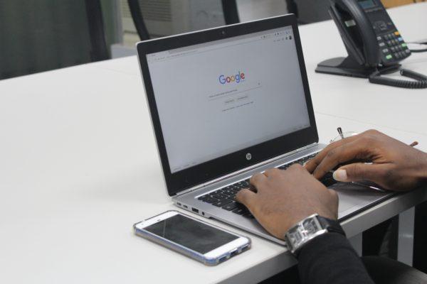 Googleの自然検索流入が昨年より減少し、一方で検索エンジン「DuckDuckGo」の流入が大幅増加