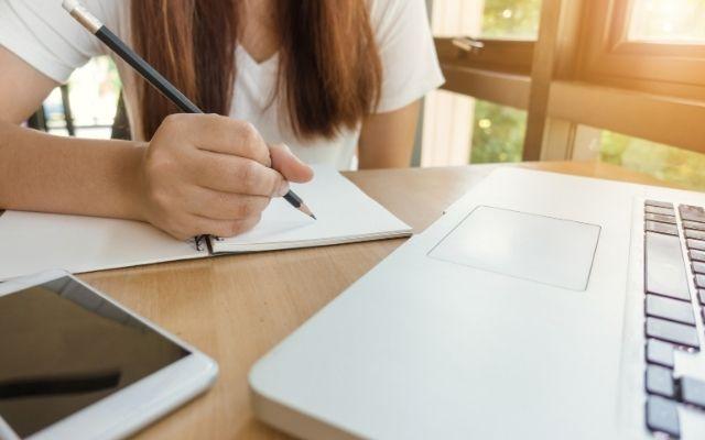 Webマーケティングの独学・勉強を示す写真